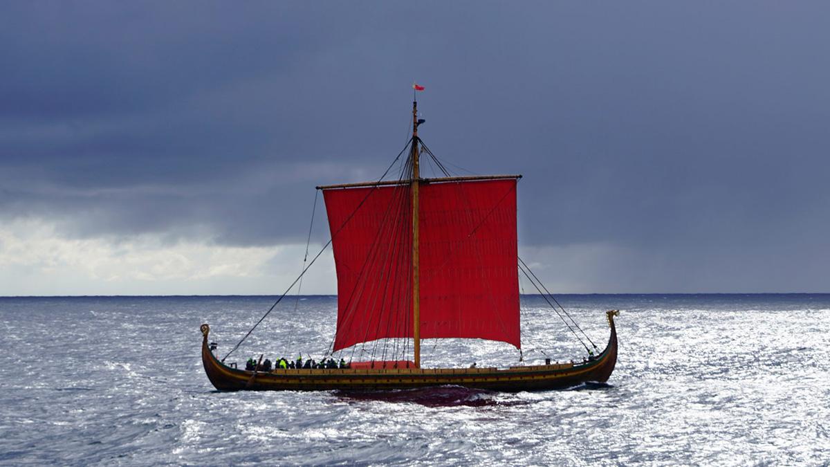Draken Under Sail